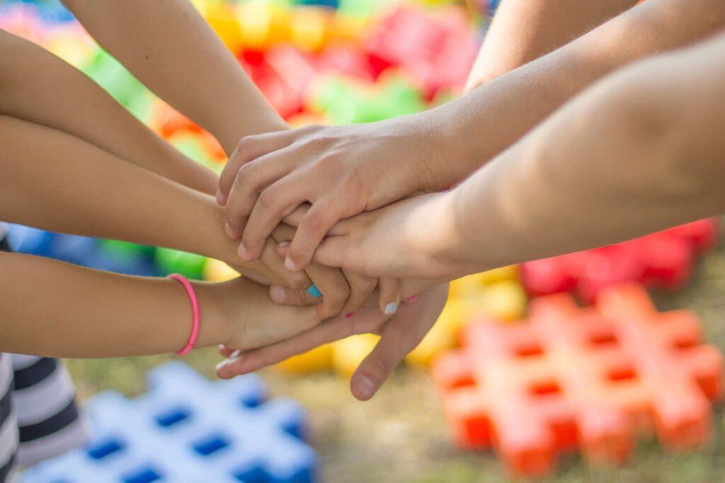 Hände von Jugendlichen die sich anfasen